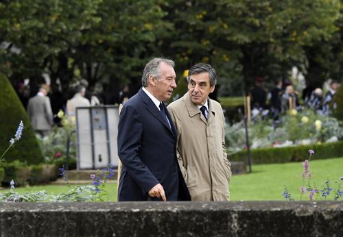 Problème : Macron réussit en 3 mois ce que Bayrou n&#39;a pas réussi en 30 ans  http:// limportant.fr/infos-politiqu e/1/346967 &nbsp; …  #politique <br>http://pic.twitter.com/zmJ192wbqh