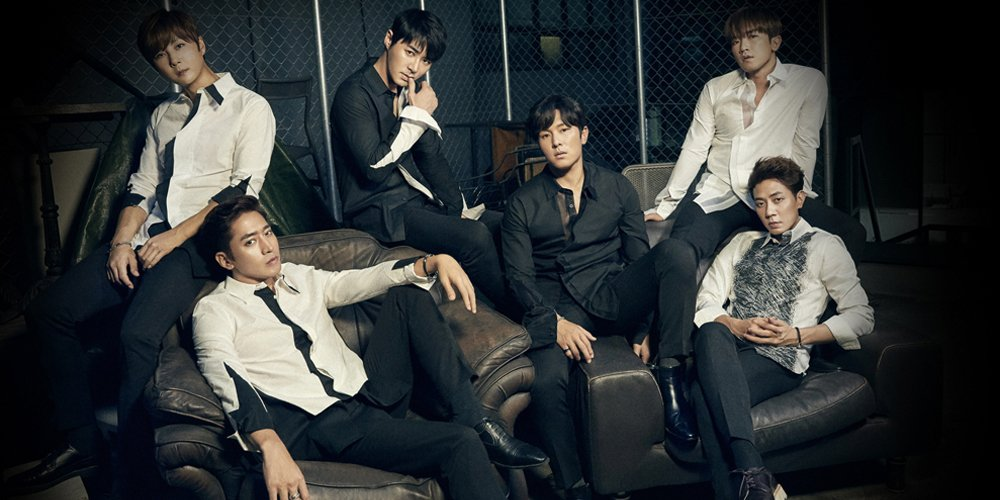 Shinhwa gifts fans who came to cheer on their 1st stage of 'Touch' wit...