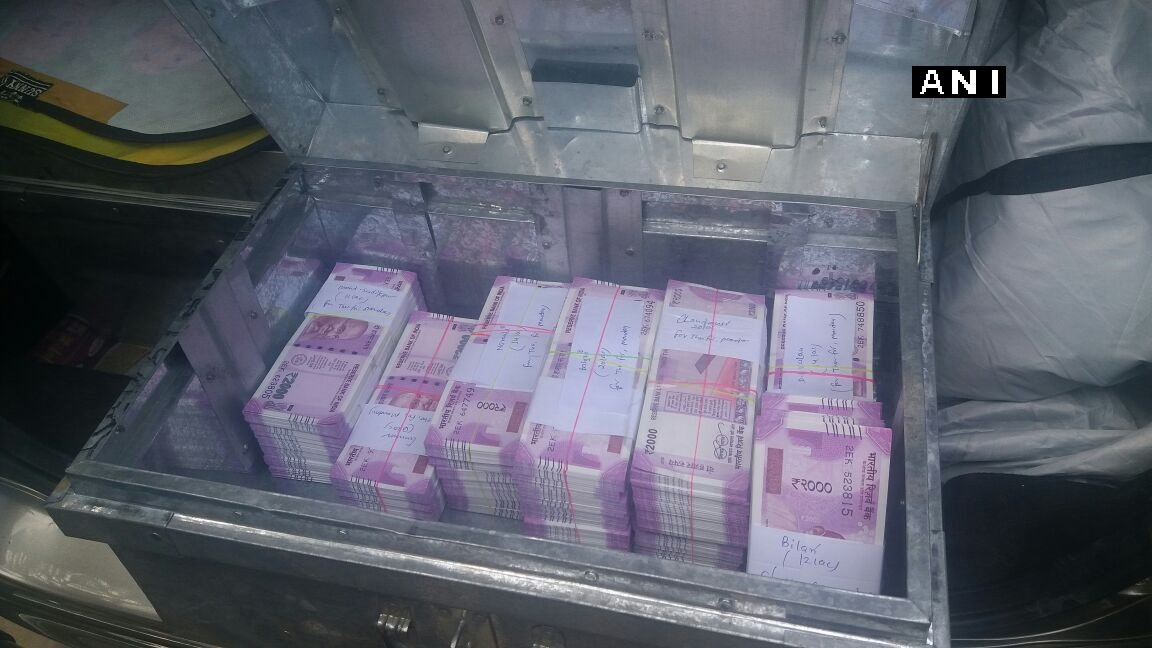 Moradabad (Uttar Pradesh): Police arrested 2 suspects with Rs 1 crore during checking in Kundarki