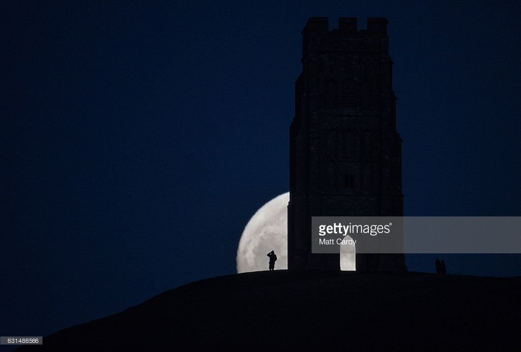 #Wolfmoon rising over Glastonbury Tor 📷: @mattcardy