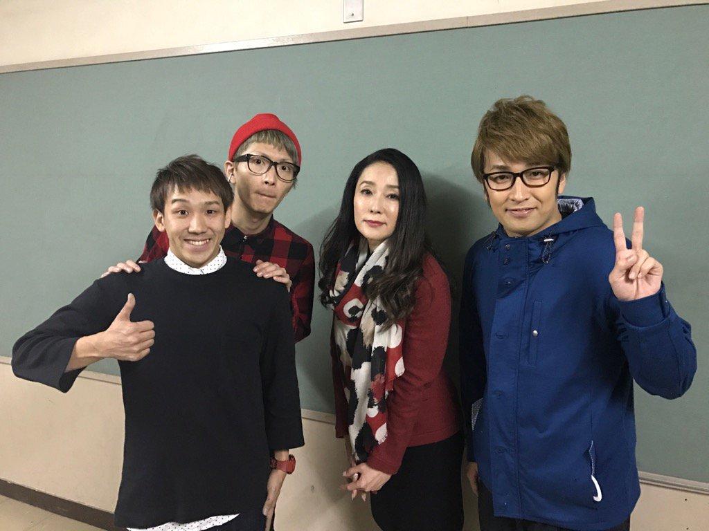 芸人さんと教室で記念撮影をする浅野ゆう子