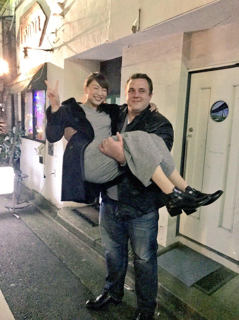 ダンディなお兄さんにお姫様抱っこをされる小椋久美子