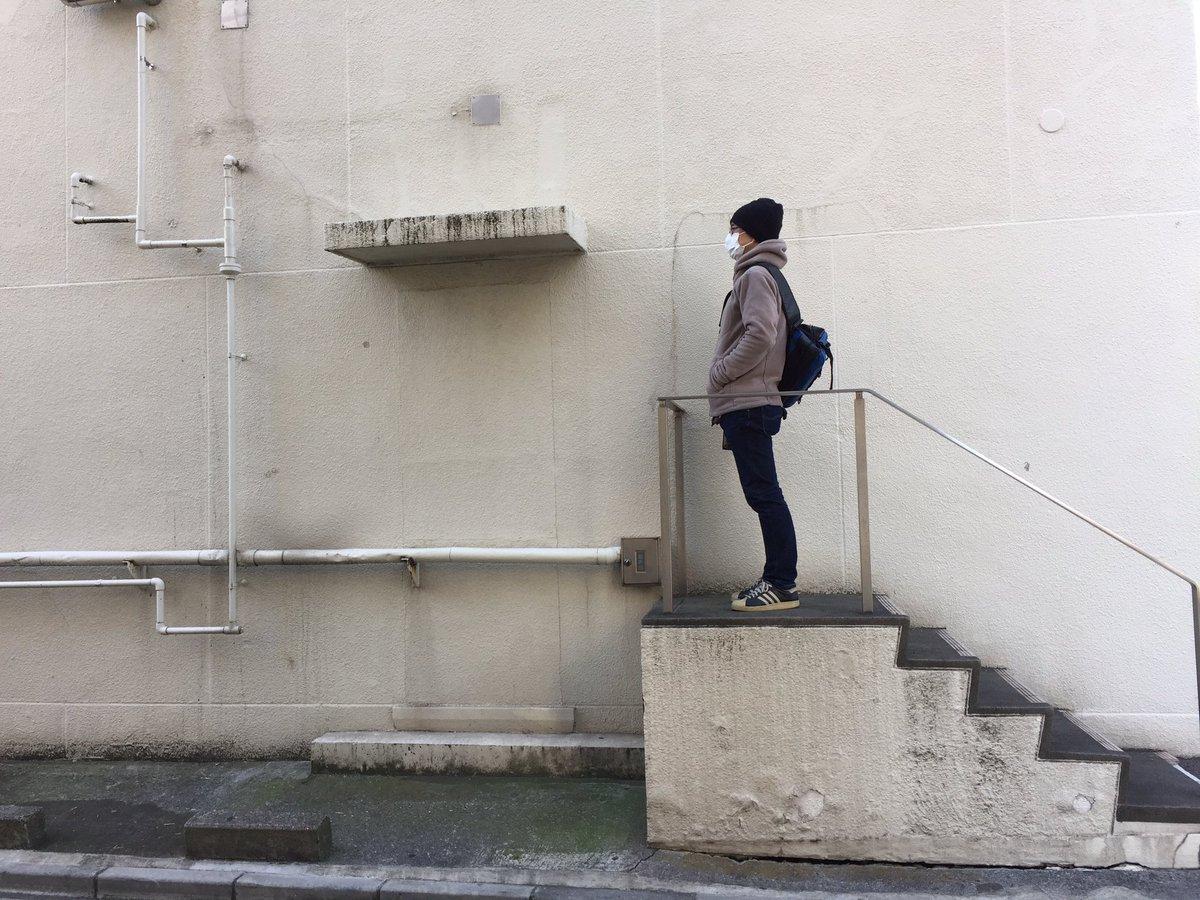 そして今年も登頂してきた。手すり付き親切設計の純粋階段とひさしにぬりかべ。いろいろな痕跡が美しい #トマソン に #いい配管 https://t.co/SN9Gxgtms0