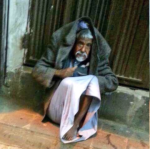 Yemen pictures: Old homeless man freezing in pain with no blanket to cover cold feet. 1 of millions suffer in poorest Mideast nation.