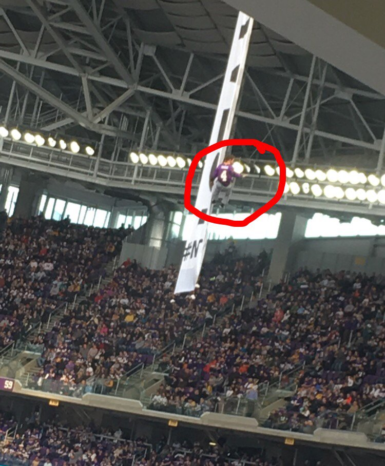 There is a guy in a #Vikings Brett Favre jersey hanging from a banner inside US Bank Stadium. For real. https://t.co/MJRtqNX9Zz