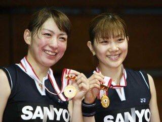 メダルを首にかけている潮田玲子