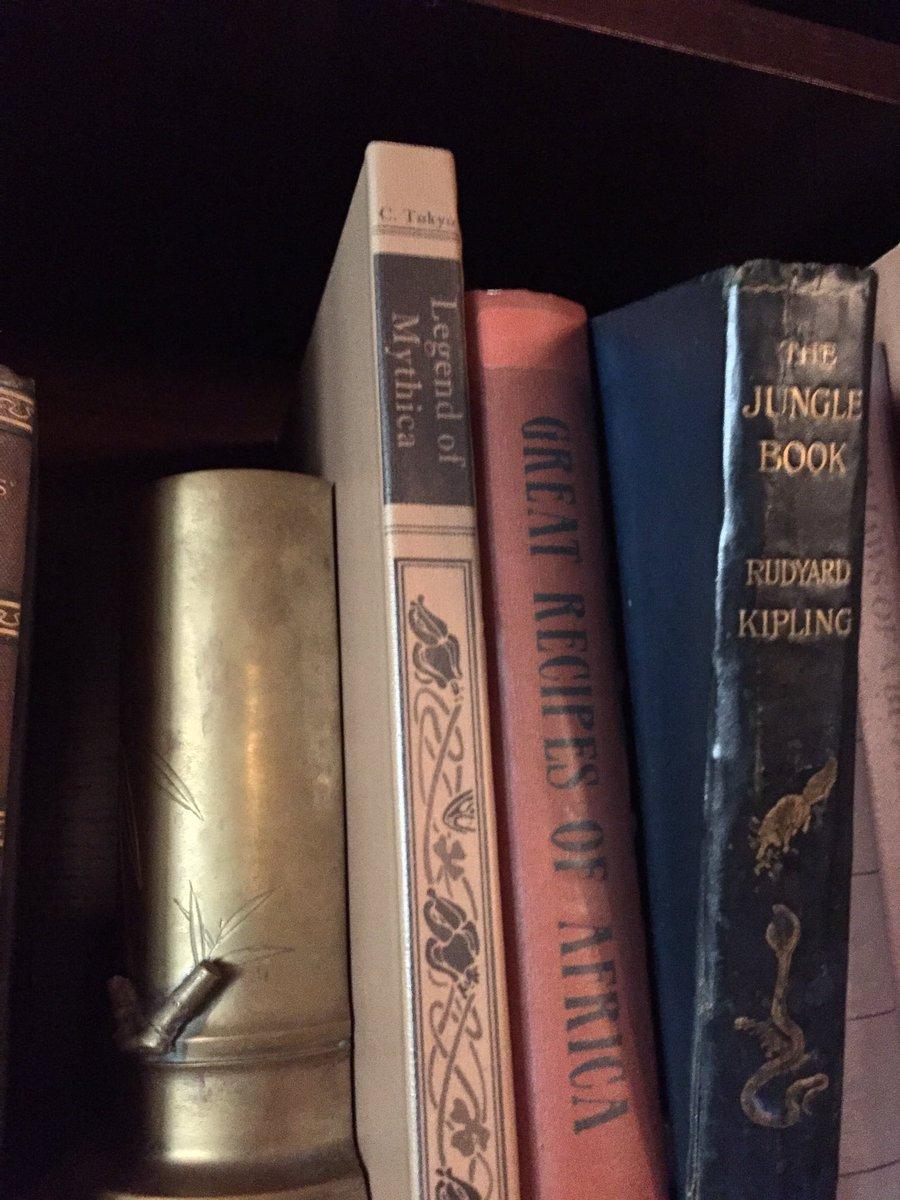 スキッパーキャンティーンに「レジェンド・オブ・ミシカ」って本が置いてある! https://t.co/kM3bgVT8BJ