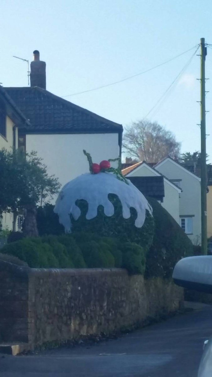 I defy you to show me better seasonal topiary than this, in Nether Stowey. https://t.co/PS2leiCbl0