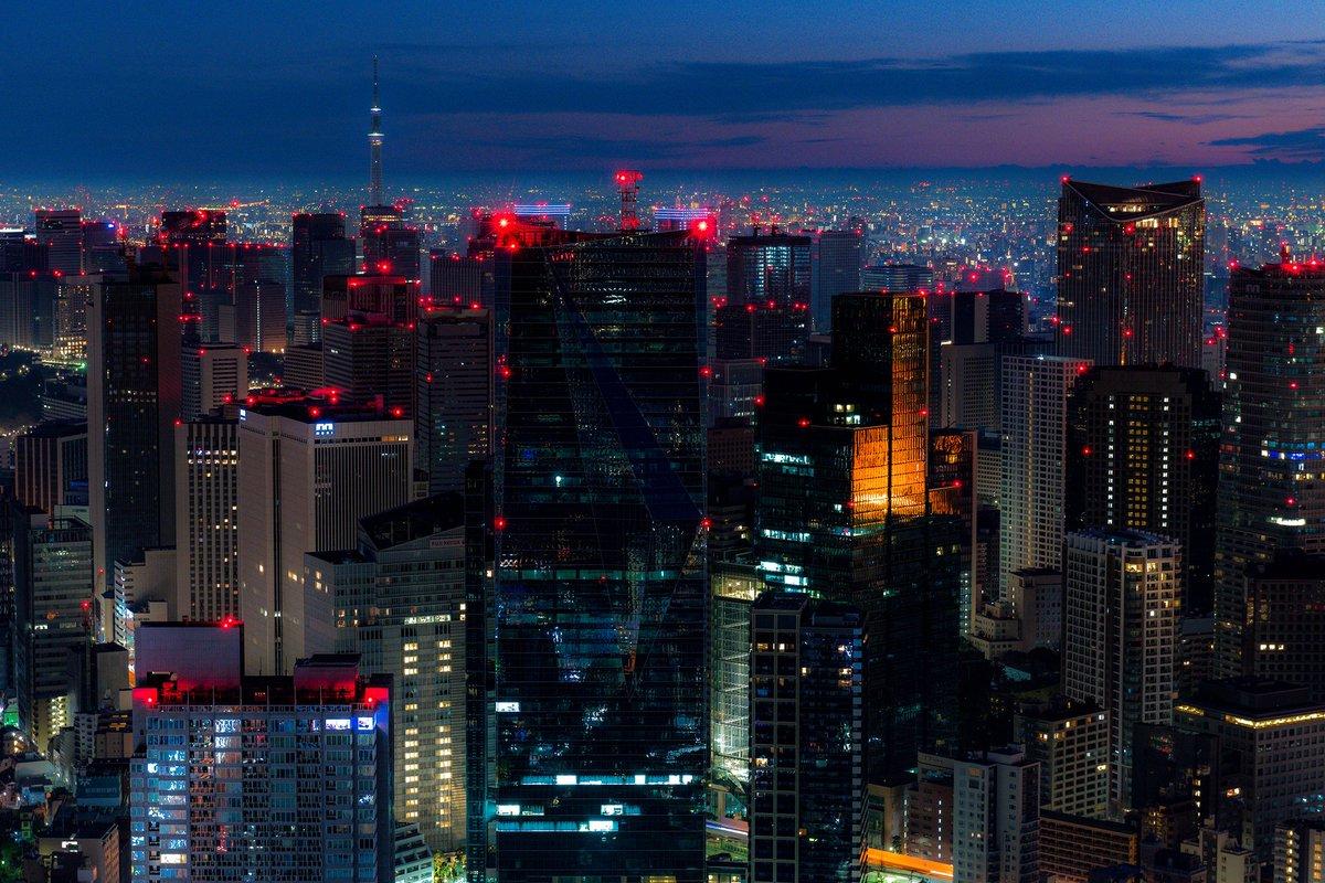 恐らく1年を通して最も暗い東京都心を撮れたと思います。六本木から大手町にかけてただただ航空障害灯だけが点滅するという…まるで都市機能が停止した映画の様な光景でした。そんな中、東京タワーは紅一点の光🗼2017.1.1 AM6:07 pic.twitter.com/RL1i3FyJz2
