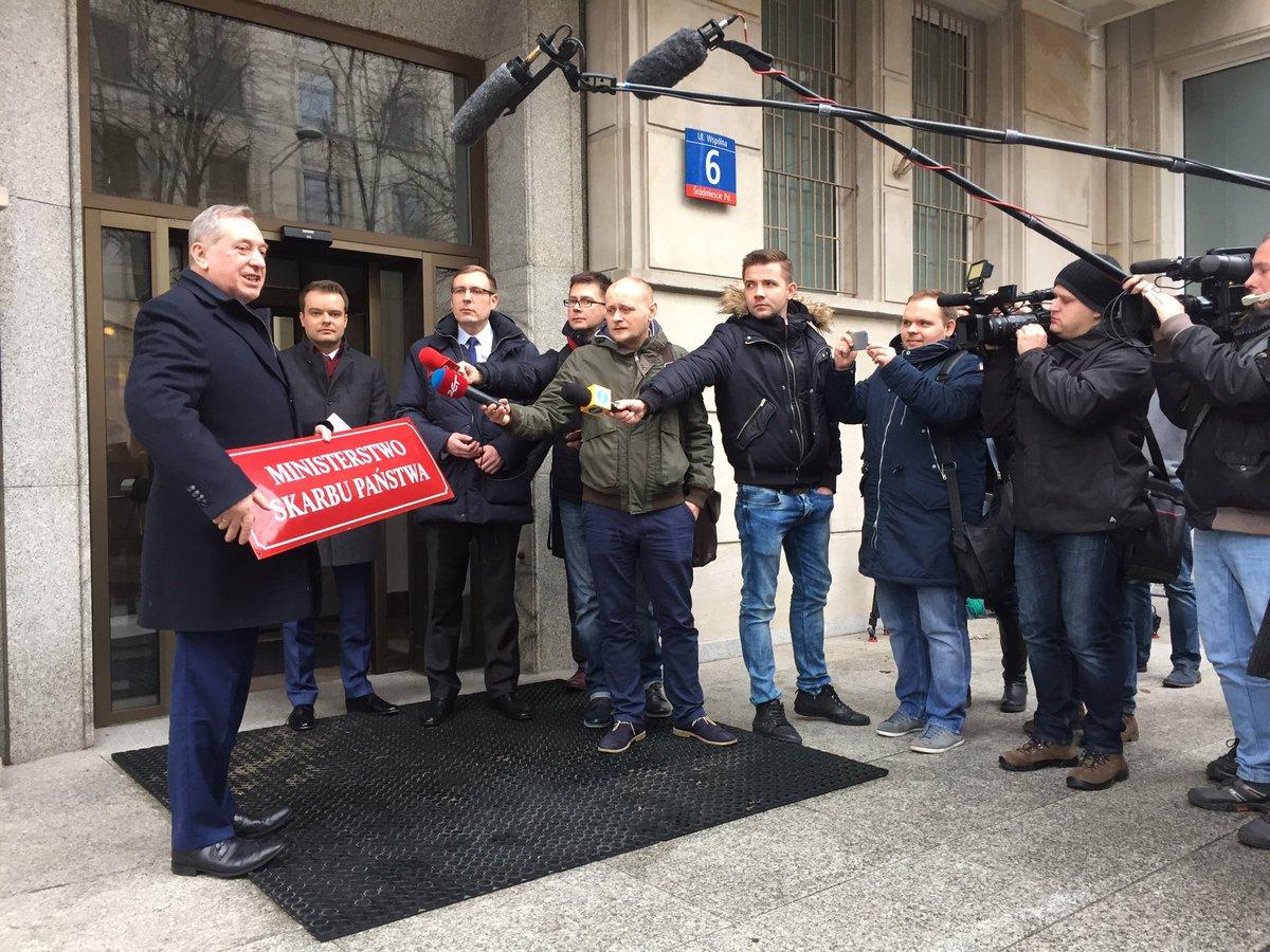 Min. #Kowalczyk osobiście zdjął tablicę z nazwą @MSP_GOV_PL - od 1 stycznia Ministerstwo Skarbu Państwa przeszło w stan likwidacji. https://t.co/JjlQA0f0gf