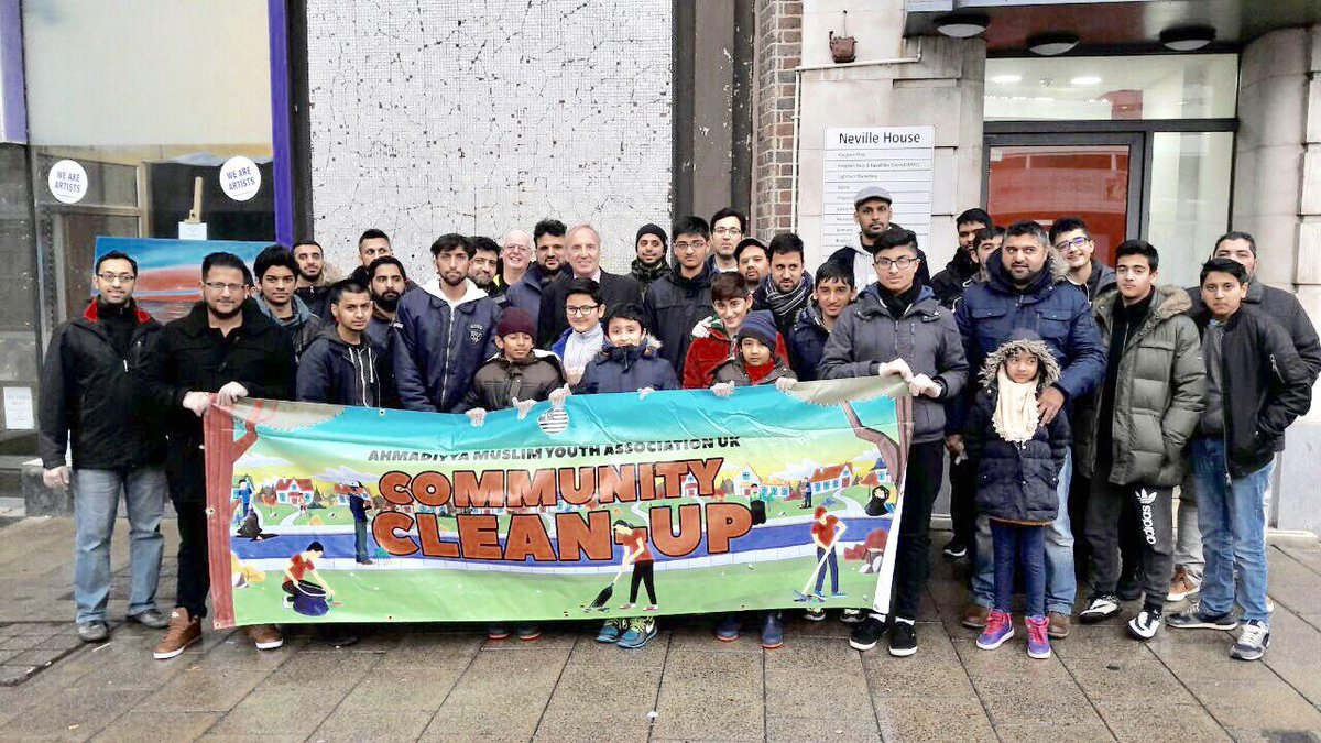 Ahmadiyya Muslim Youth Association volunteers clean the streets on New Year's Day  https://t.co/vodIgs70Qh https://t.co/rokhekB1Zf