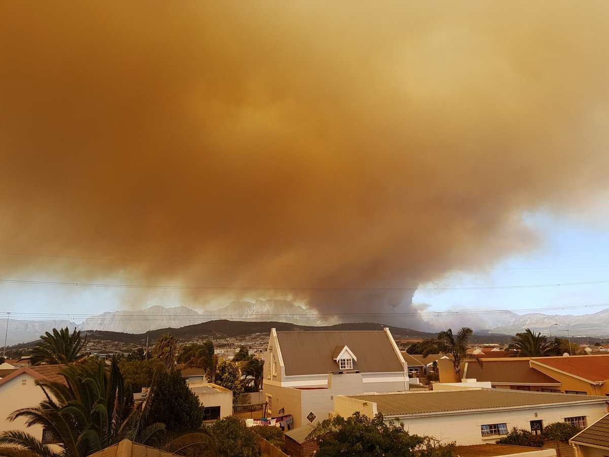 Massive #firestorm in Somerset West. #somersetwestfire https://t.co/LcEwQu4ayG