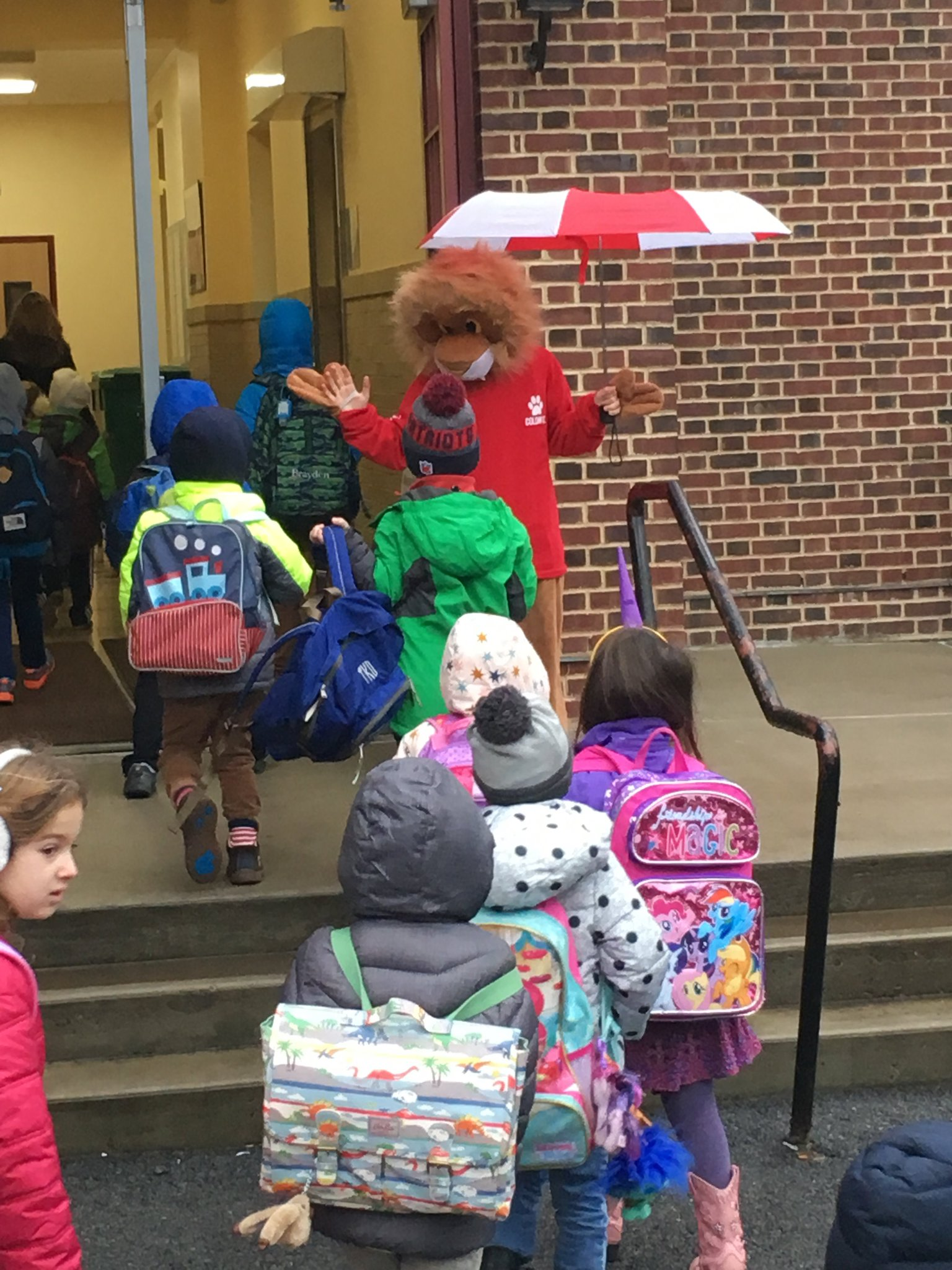 Colonial's School mascot has fun greeting students to the New Year! Happy 2017! @PeterGiarrizzo @DrStevenMGarcia https://t.co/fgprNUzqIj