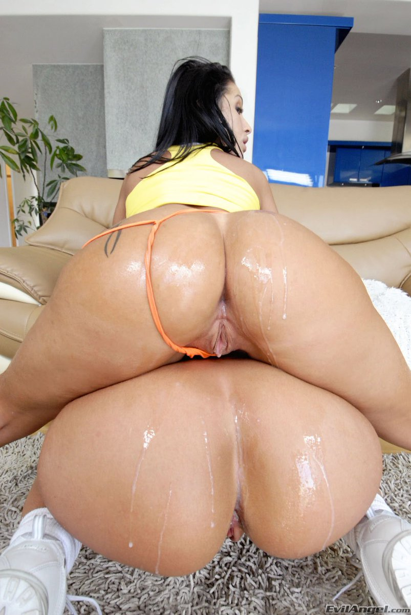 Sexy bubble butt latina shakes her ass on hard cock