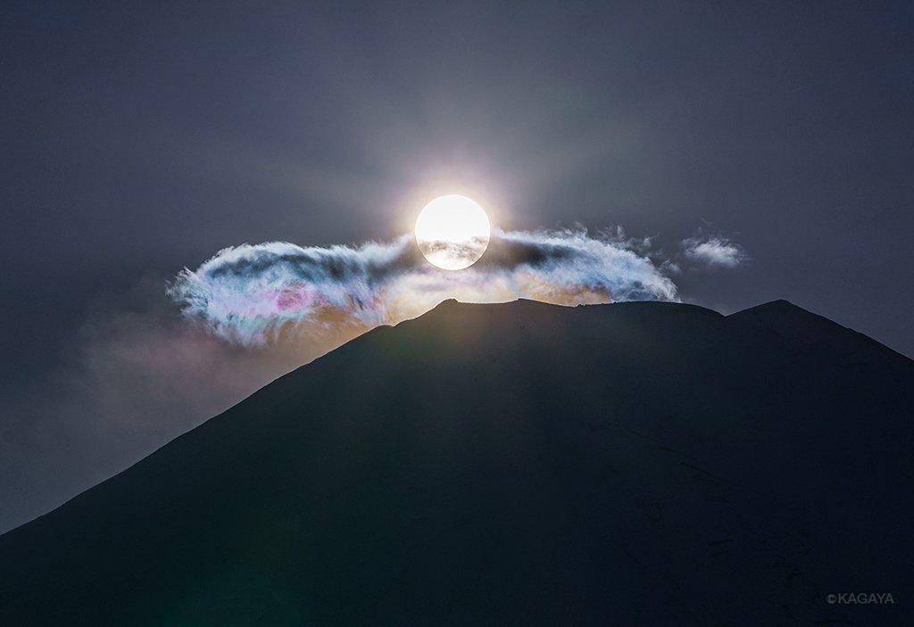 富士山頂にかかる雲が淡い彩雲になって、一瞬、虹色の翼か鳥のようにも見えました。(一昨日山梨県にて撮影) pic.twitter.com/KrXjGm0iDQ