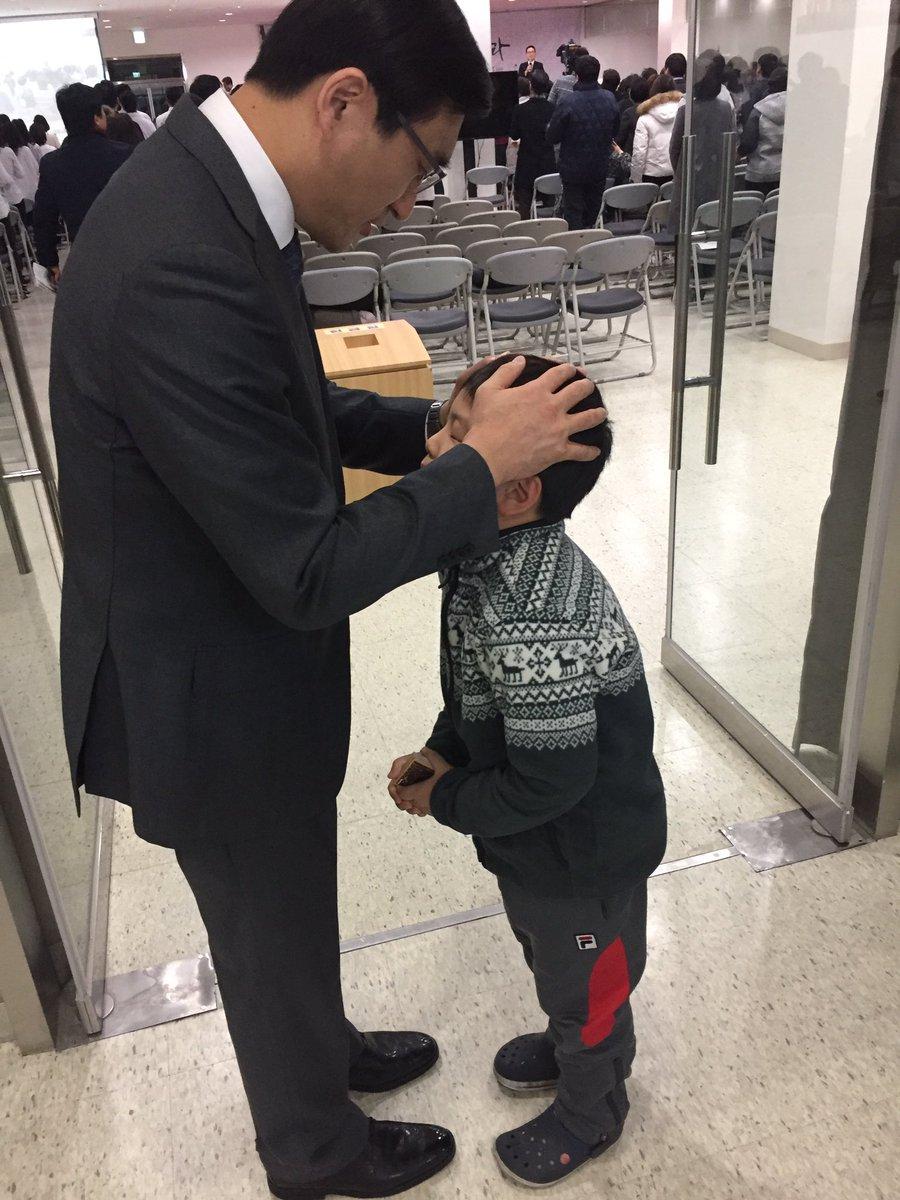 인천온누리교회에서 새벽기도회 마치자마자 10세된 아이가 안수기도해달라고 와서 기도해주었습니다. 내가 기도해서가 아니라 이 아이는 장차 하나님의 귀한 도구가 될줄 믿습니다. https://t.co/dfLHFdpIHC