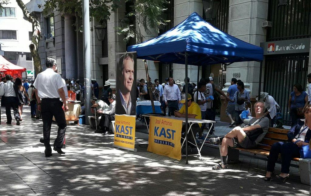 Largas filas apoyando a @joseantoniokast Presidente. El encargado sobrepasado recolectando firmas de apoyo https://t.co/ICTYdpiKqS