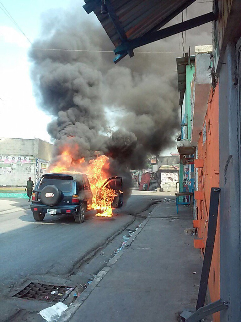 Happening now at Delmas 2. All citizen are advised to avoid the area. @FaitesPasser @haititrafic @ACSPAP<br>http://pic.twitter.com/majuI04e2K