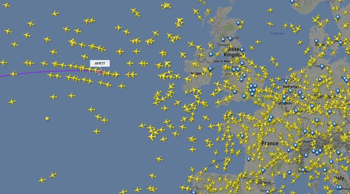 #VolMorgan AFR77 @alexmorgan13 Beaucoup de monde autour du but.<br>http://pic.twitter.com/UEnpt1zLht