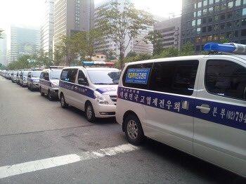 서울 청계광장 근처에 끝도없이 늘어선 고엽제전우회 차량, 국민세금으로 사준 것입니다. 이들이 박사모에 동원되어 태극기 흔들며 박근혜가 천사라고 외쳤답니다. https://t.co/wQ5Iones1b