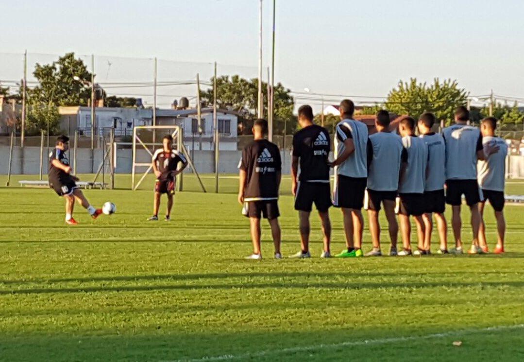 Diego Maradona enseñó su técnica en los tiros libres con los jugadores de Deportivo Riestra