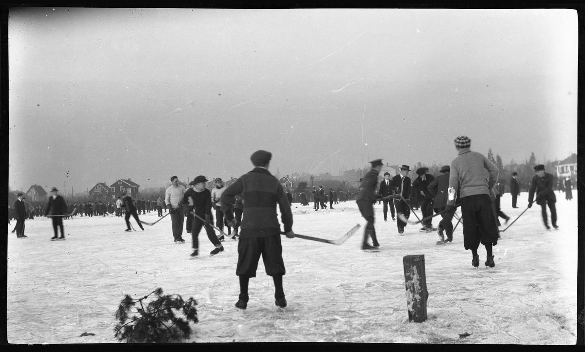 Trout Lake is open for skating! Here's  Trout Lake on December 20, 1914. VPL 49681. Photo: George E. Timms. #TBT https://t.co/HrIz7Zaw9n