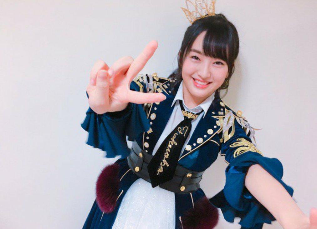 王冠をつけ、ピースサインで満面の笑みを浮かべるHKT48の田島芽瑠