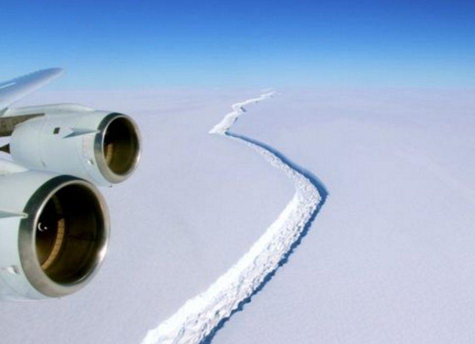 Una larga crepa nel segmento Larsen C in Antartide
