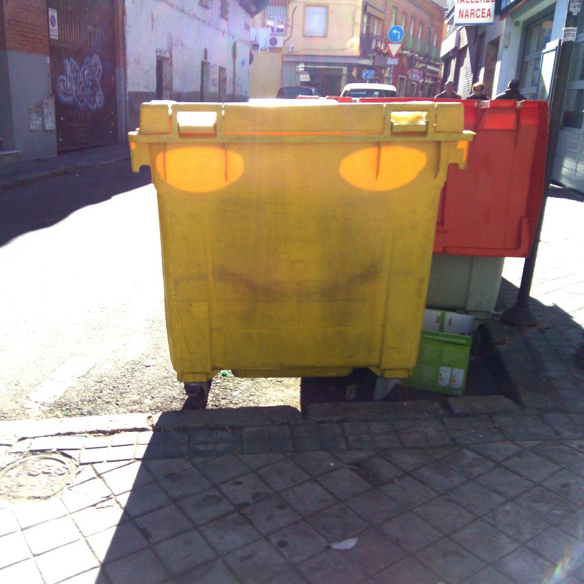 Si un cubo de basura puede sonreír, ¿Cuál es el motivo para que tú no lo hagas? #FelizDia #Vicalvaro #Madrid #trashcan