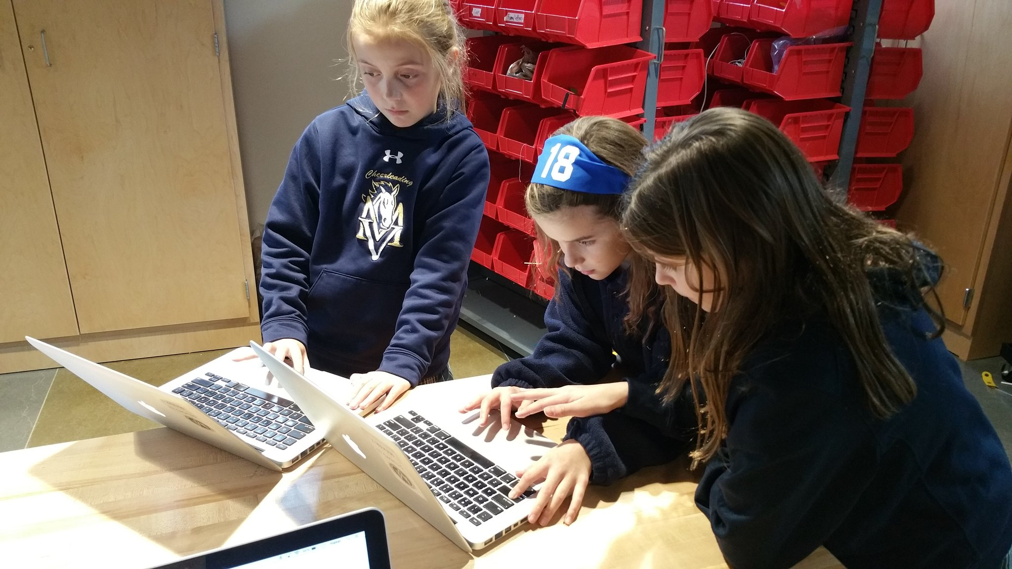 """My new favorite #kidquote: """"Don't do it for me or I won't learn how to do it myself"""" #MakerEd #elemaker #MVPSchool https://t.co/itfQnwS2WD"""