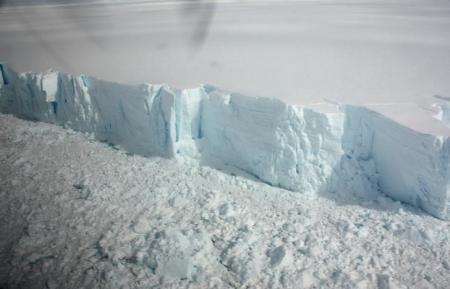 Confermato: Enorme Iceberg si sta staccando in Antartide, il nuovo allarme degli scienziati