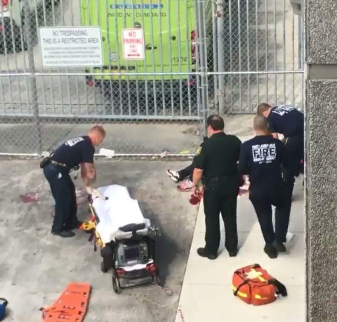 #BREAKING&quot;Évacuation des blessés de la fusillade à l&#39;aéroport de #FortLauderdale.&quot; #Floride #Attentat #EtatsUnis #BreakingNews<br>http://pic.twitter.com/T288ViqepG