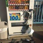 ボコボコにされお金を盗まれた自動販売機が「世紀末のようだ」と話題!