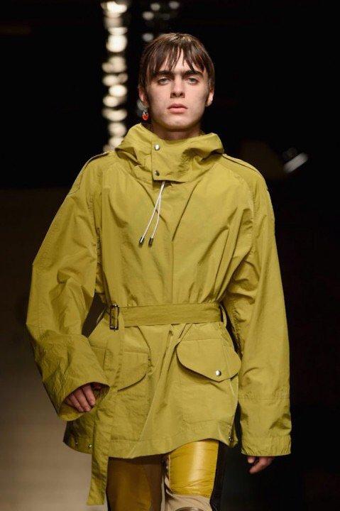 ロンドンファッションウィークにレノン・ギャラガー17歳が降臨。 ギャラガー家のDNA強すぎ。 https://t.co/6eSKVdF4Nz