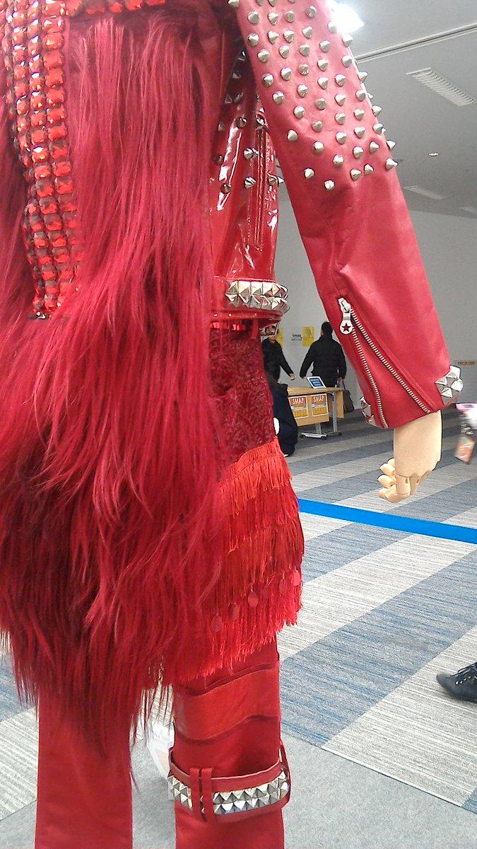 山野楽器たまプラーザ店、ケース無しでめちゃめちゃ写真撮りやすいです。 吾郎さんの衣装の袖の金具が星型で可愛い!(伝われ!)#SMAP衣装展示 https://t.co/kii0Xe9JPR