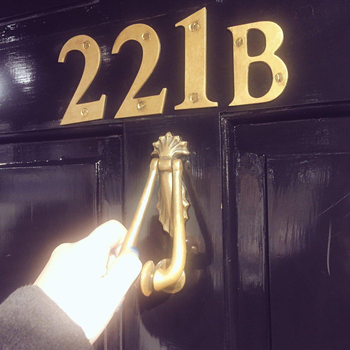 渋谷221B行ってお兄やんのラテ飲んできたよ なんか手が発光してしまったよ 似顔絵みたいなのがかわいいよ https://t.co/hL8zB5D9i3