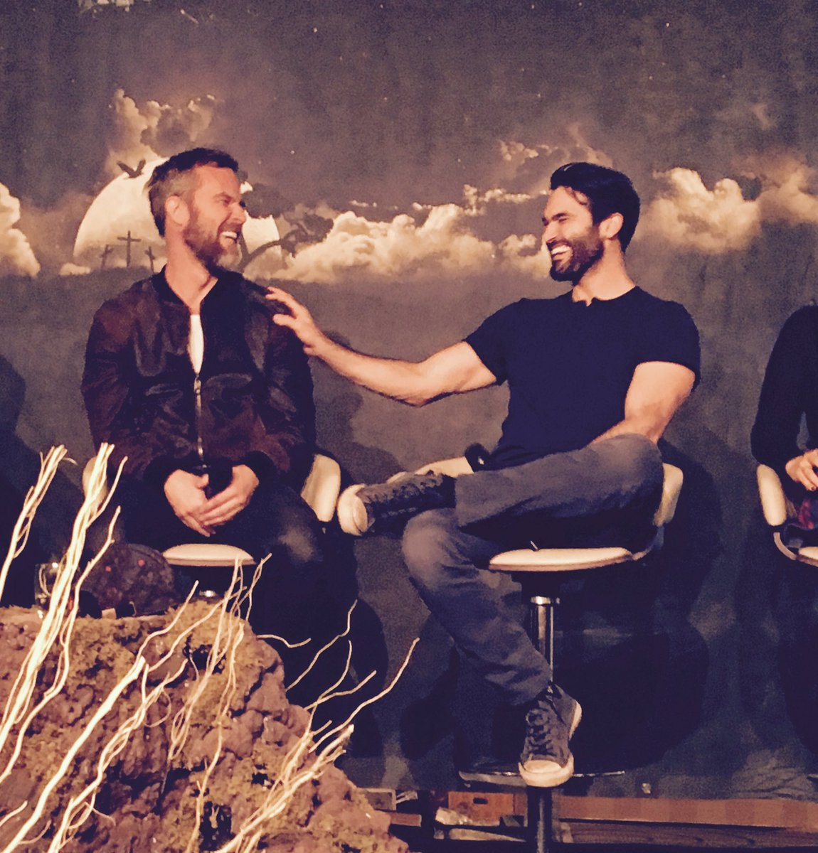 They're having so much fun! #NEMETONREVOLUTION #nemetonitacon @TylerL_Hoechlin @iamjrbourne https://t.co/K6YFZj9kKW
