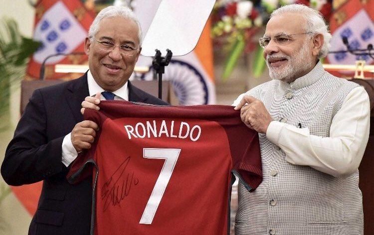 Футболки Роналду уже используются политиками в качестве подарков