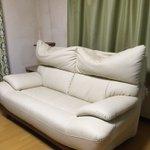 デコボコに凹んだソファー、まさかの原因が発覚!