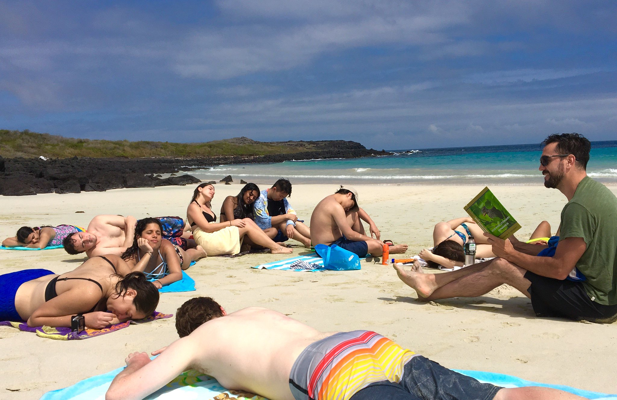 #PeopleWhoFellAsleepReadingMyBook An entire class from College of Staten Island-CUNY, NY, while in the field in Galapagos. Read by J Chaves. https://t.co/tvZttwwVXp