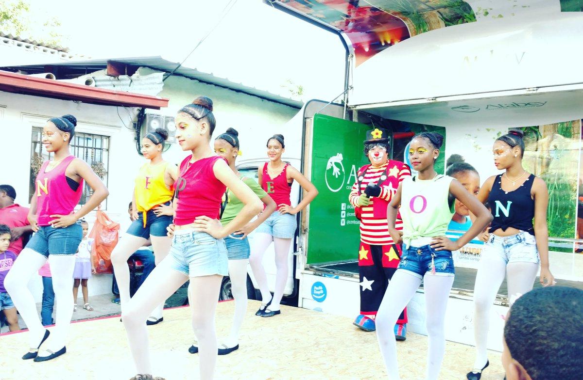 Las Dances de #VillaCom #Feliz #UnaSonrisaparalosNiños #ReyesMagos @DomingoCG1 #Atabey #DíaFeliz  @Zcollado7<br>http://pic.twitter.com/VPZiIfdVKY