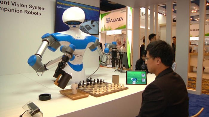 This #robot can beat you at chess, then serve you coffee #robotics #deeplearning #DL #CES #tech Magdalena Petrova  https://t.co/lt6XOpe9fk https://t.co/2vxW2JfecZ