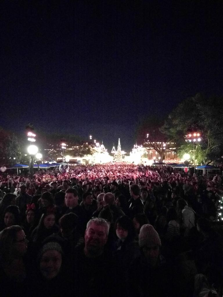 @laurafee @epicbeergirl @ShowcaseWishes the look of 10000 people on main st when the fireworks are canceled https://t.co/2bUnyxevCM