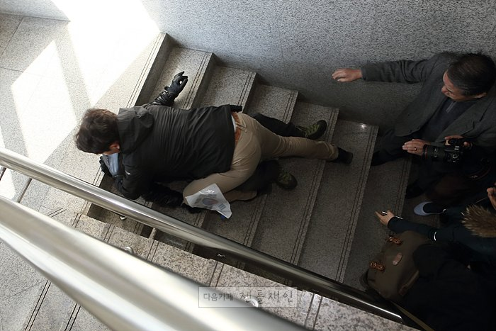 """경북 구미에서 계단에 숨어있던 """"애국보수단(?)회원""""이 문재인 전 대표에게 기습 돌진을 시도하다가 사복경찰에 의해 저지당하기도 했습니다. #문재인 #젠틀재인 #유나톡톡 #경북구미 https://t.co/LSvFVr35k0"""