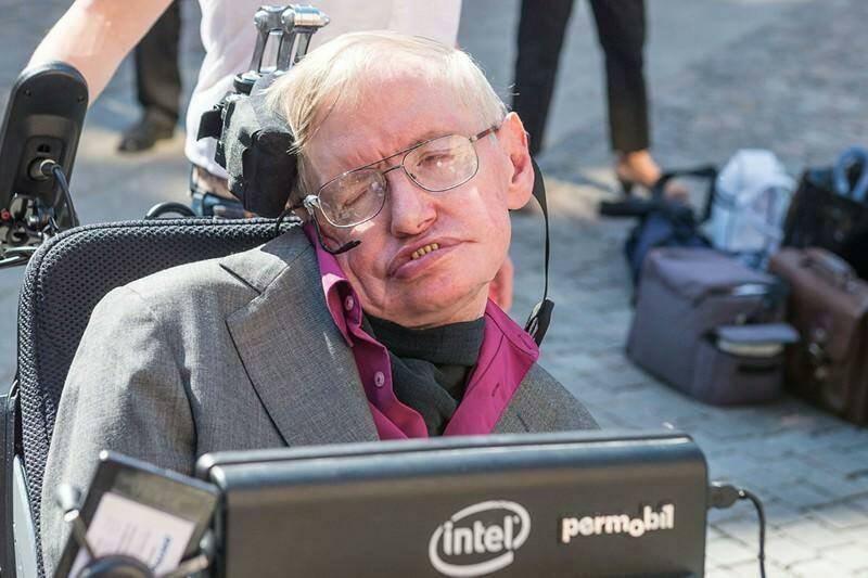 """Parabéns Stephen Hawking - """"Se você cair num buraco negro, não desista"""" . https://t.co/sXv1QfqshC"""