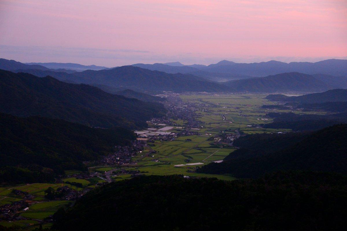 朝陽に染まる美しい町、与謝野町です。このような美しい風景が家から直ぐのところにある、これほど贅沢で豊かなことは無いと思いますよ〜〜?  #与謝野町 #京都 #朝陽 #風景 #t田んぼ