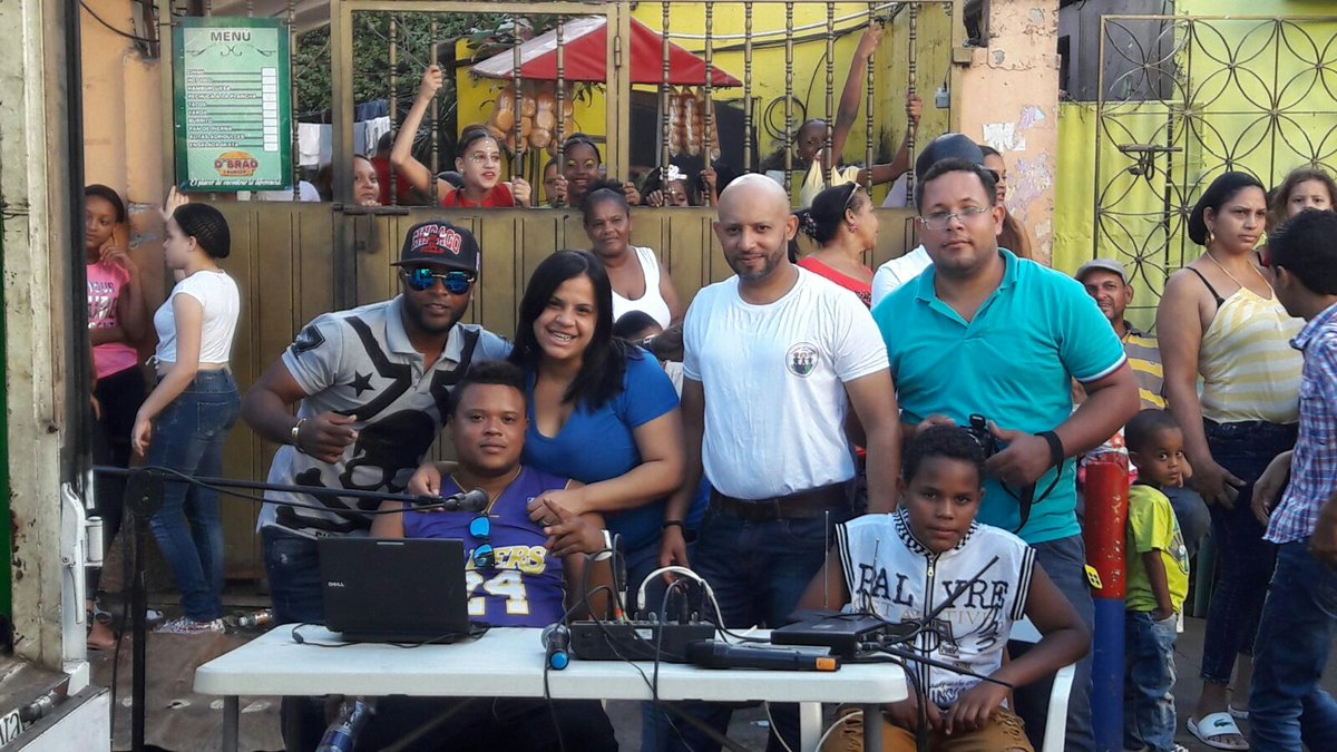 Parte del Equipo de @centro_atabey llevando sonrisas a los niños de #VillaCom gracias a nuestro Líder @DomingoCG1 #Feliz @AlexanderAdon1<br>http://pic.twitter.com/SV9wo9kdaK