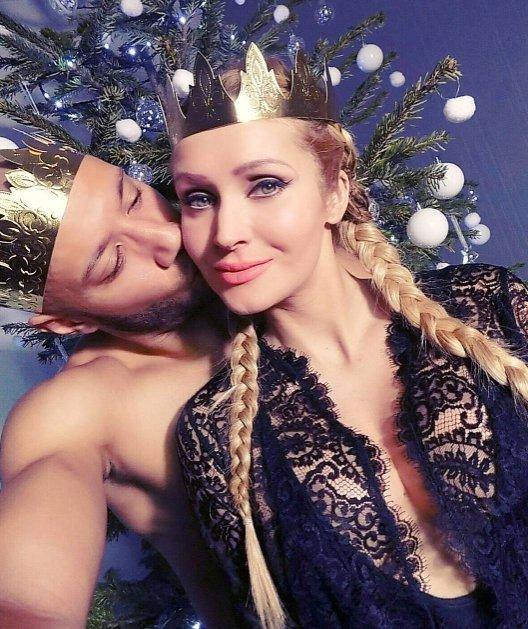 Xavier et Tatiana (#SS1/#FriendsTrio3), roi et reine pour l&#39;#epiphanie <br>http://pic.twitter.com/Cg8KjcoPeD