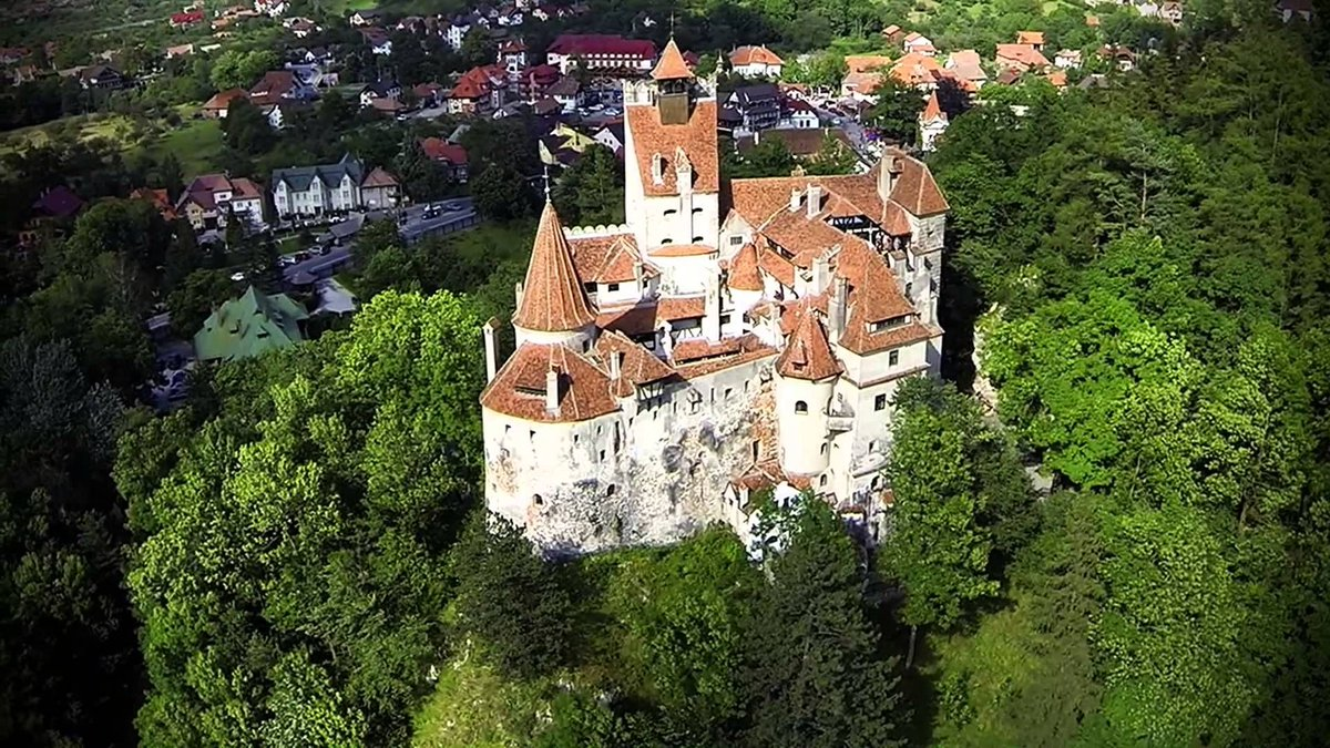قلعة دراااكولا  Dracula_Castle C1rVWPpXAAAvROY.jpg