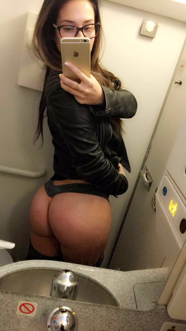 This is how I pass time on long flights #bigbooty #yeahiknow https://t.co/oAZHihxatR